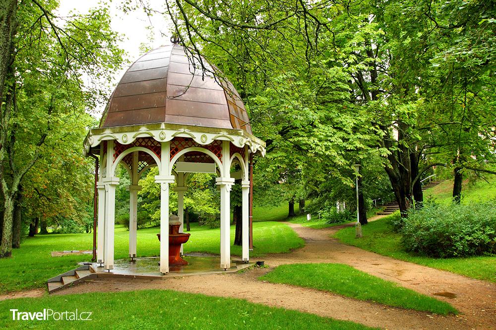 altán v parku