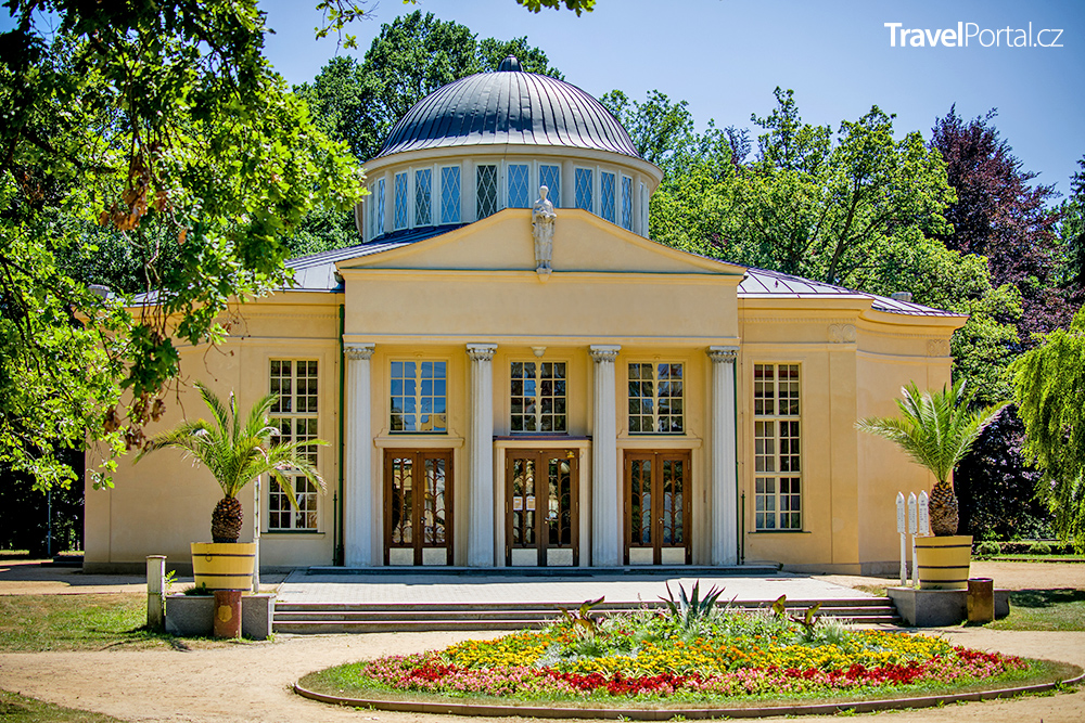 Dvorana Glauberových pramenů ve městě Františkovy Lázně