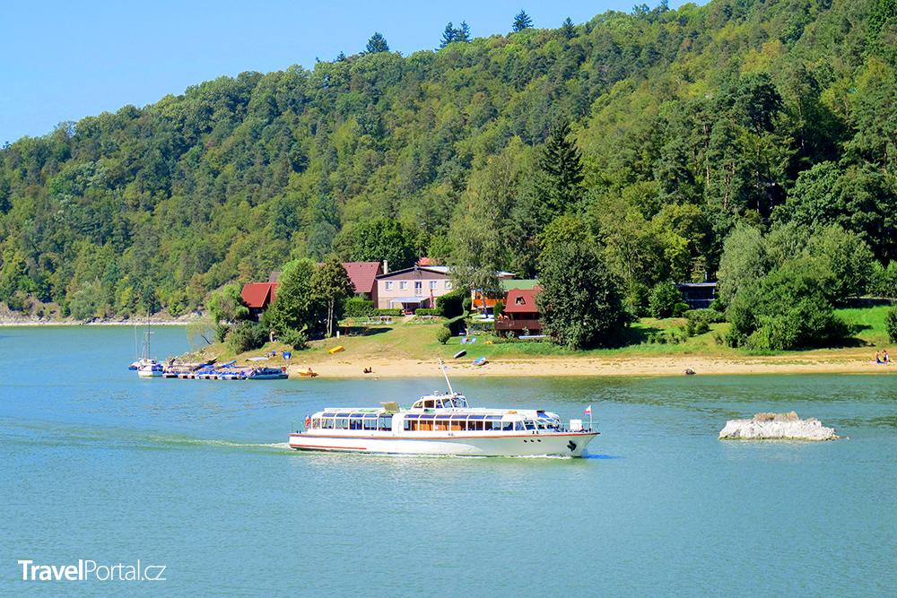 loď křižující vodní nádrž Vranov neboli Vrancl