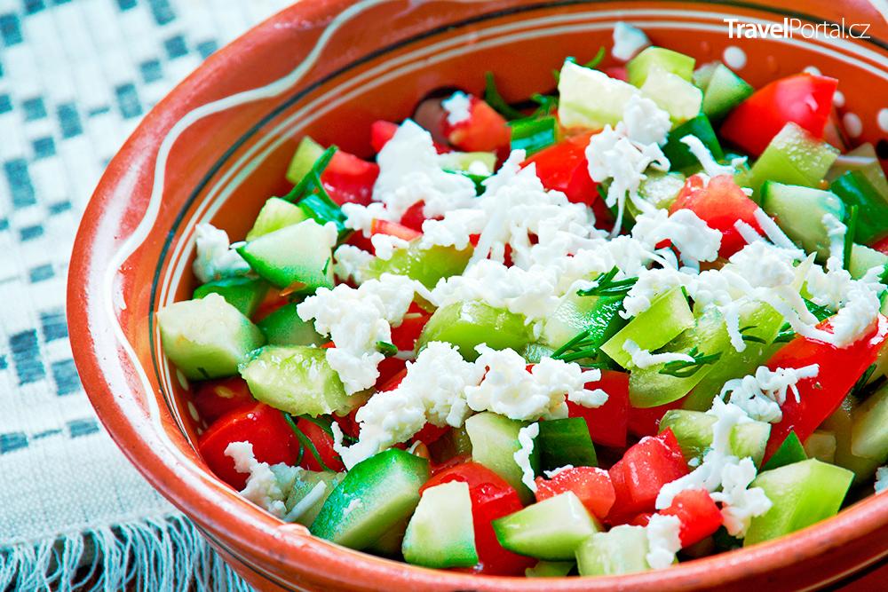 šopský salát je bulharské národní jídlo