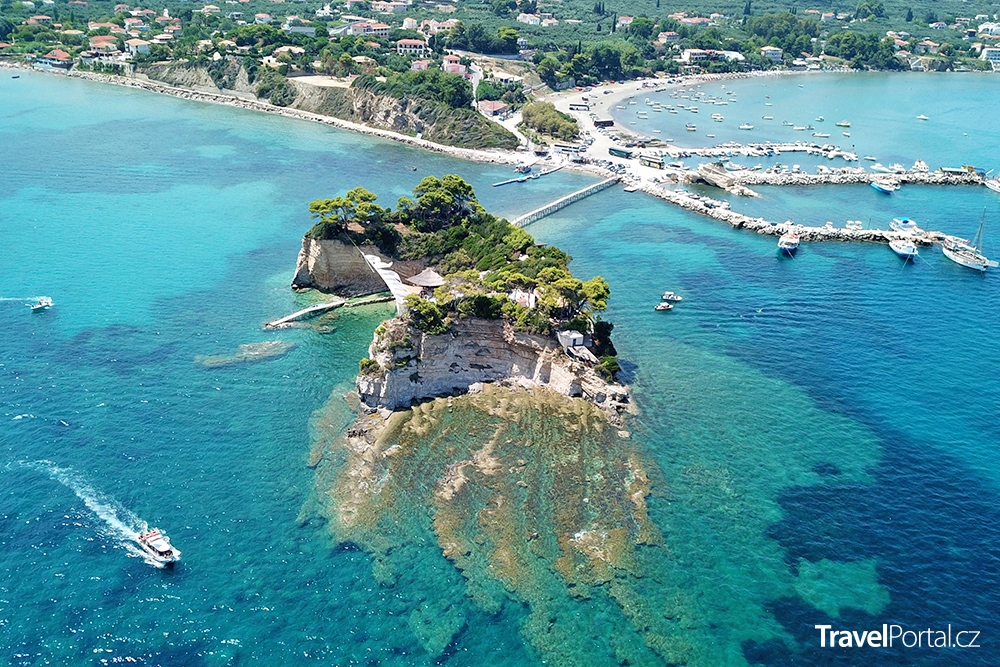 Cameo Island a ostrov Zakynthos v pozadí