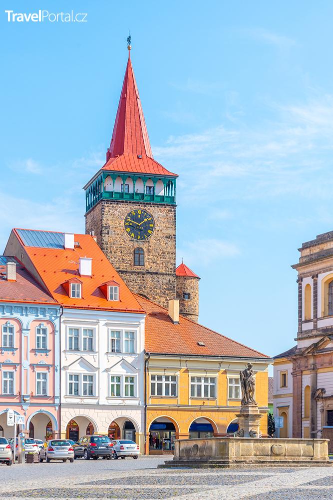Valdštejnovo náměstí a Valdická brána ve městě Písek