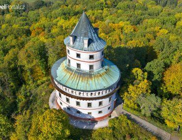 dominantou města Sobotka je zámek Humprecht
