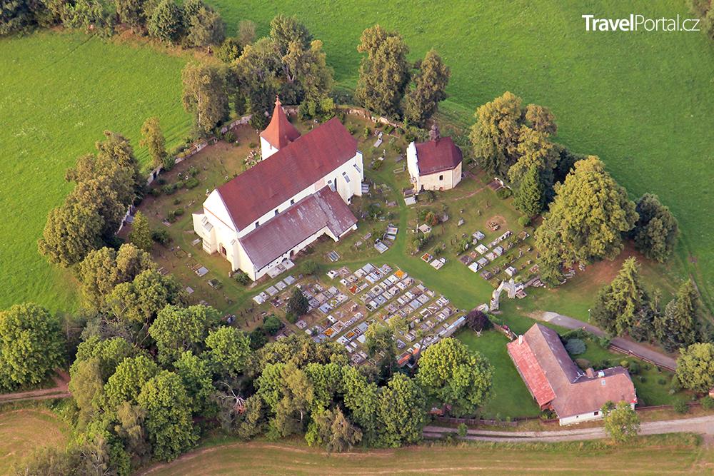 kostel svatého Mikuláše a hřbitov Kašperské Hory