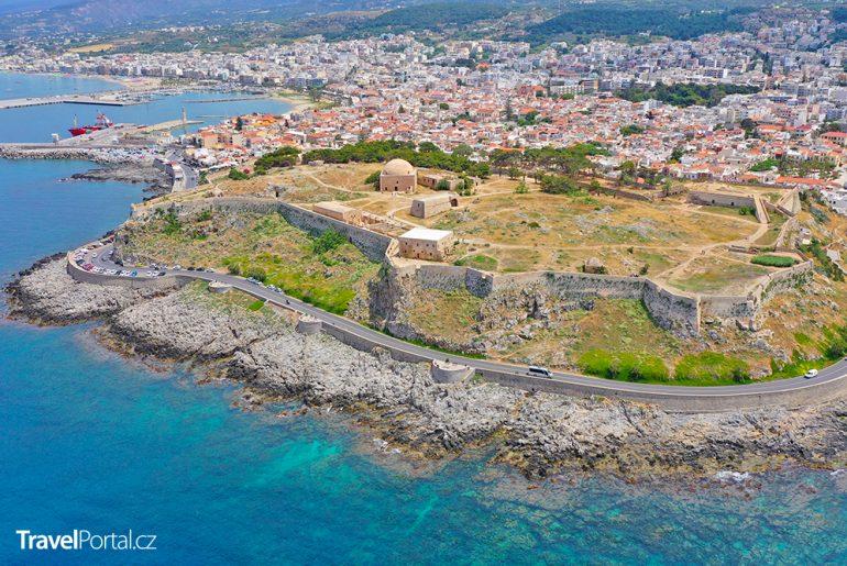 město Rethymno s pevností Fortezza v popředí