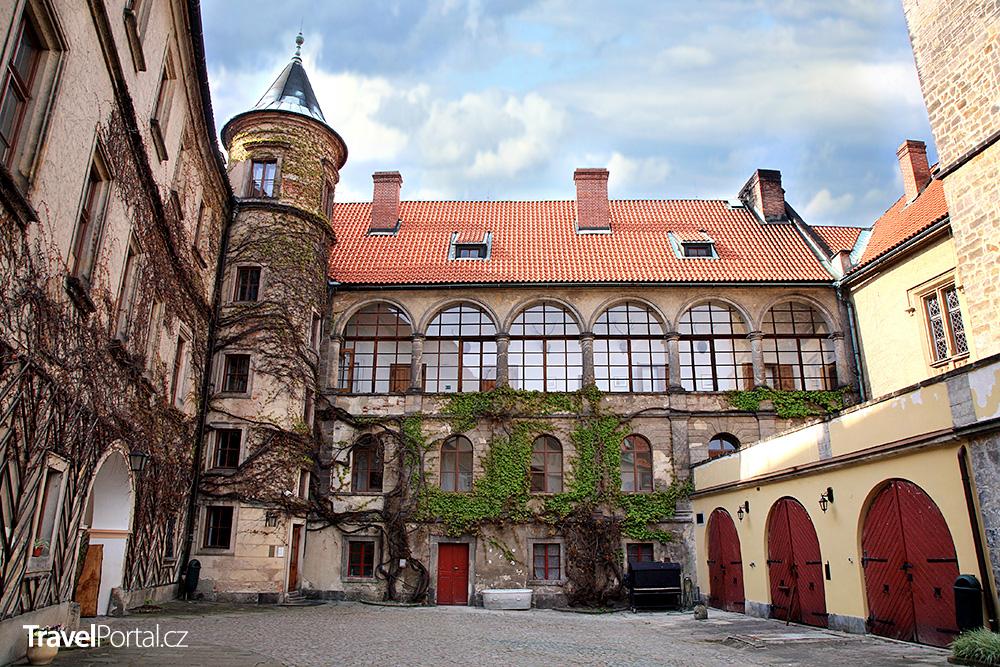 nádvoří a věž na zámku Hrubá Skála