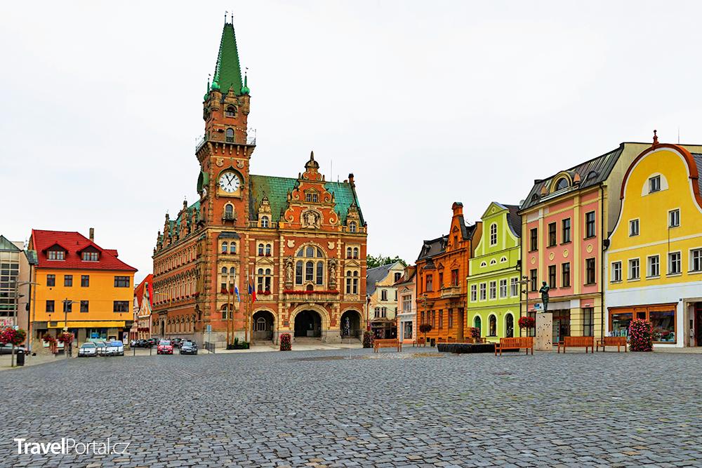 novorenesanční radnice a měšťanské domy na náměstí T. G. Masaryka ve městě Frýdlant