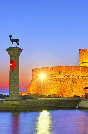 Město Rhodos na stejnojmenném řeckém ostrově okouzlí nejen přístavem