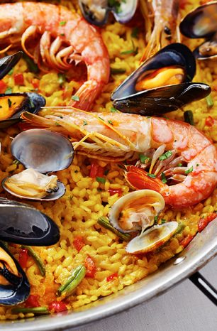 Paella: Španělské jídlo plné rýže, zeleniny a mořských plodů