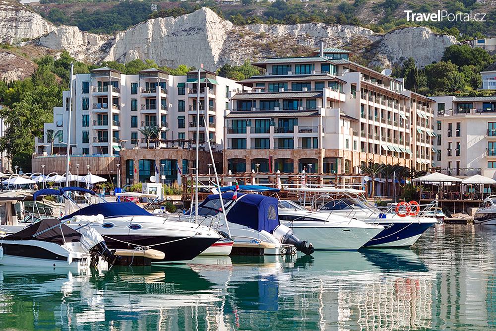 jachty v bulharském přístavu