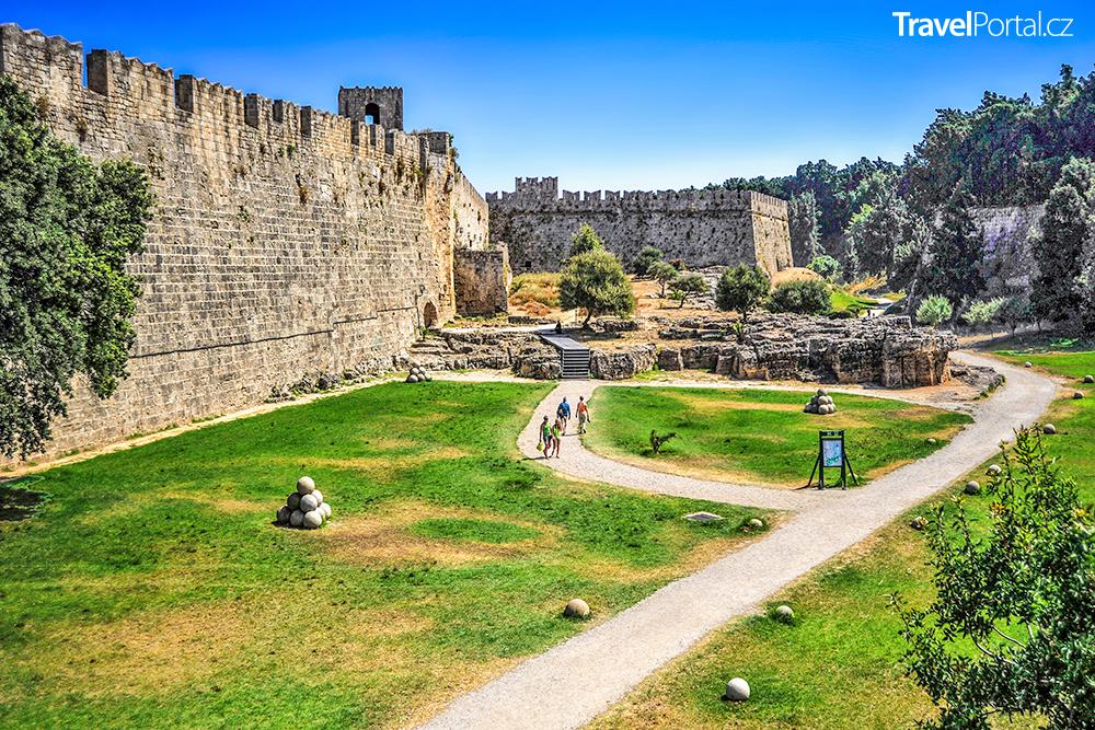 město Rhodos, respektive jeho historická část, je obehnána mohutnými hradbami