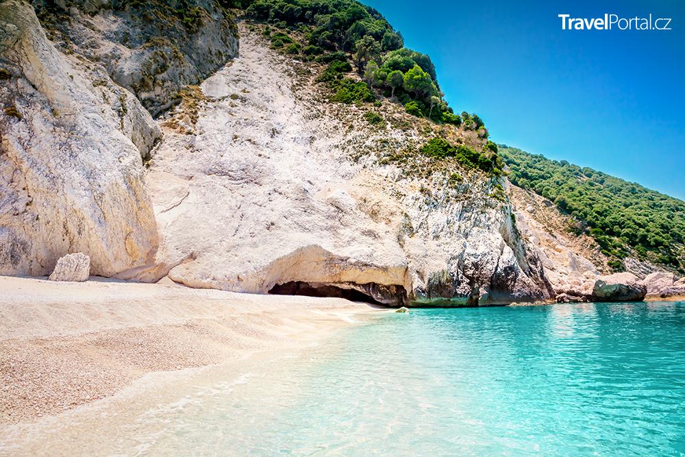 pláž Myrtos lemují bílé útesy