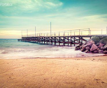 staré molo na pláži v Ravdě