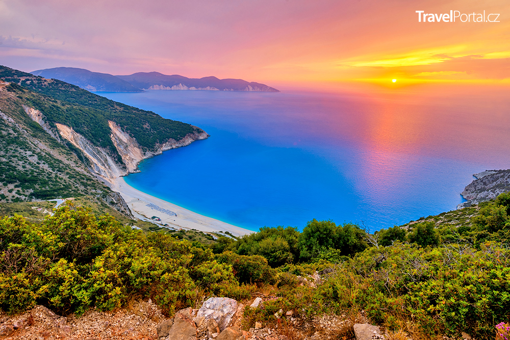 západ slunce nad pláží Myrtos