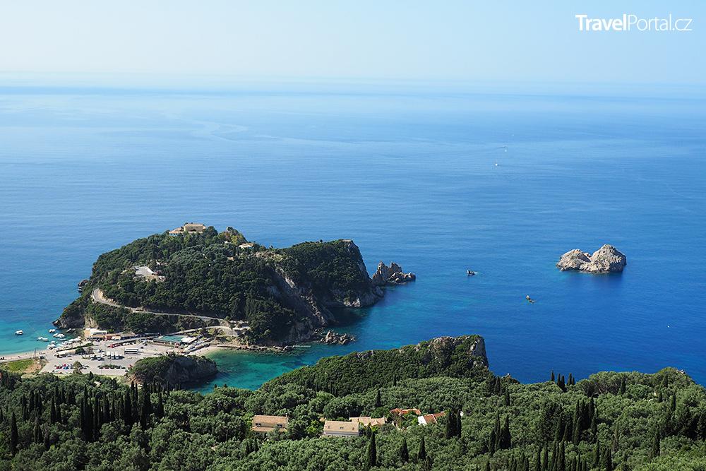 z hradu Angelokastro je výhled i na poloostrov s pravoslavným klášterem Paleokastritsa
