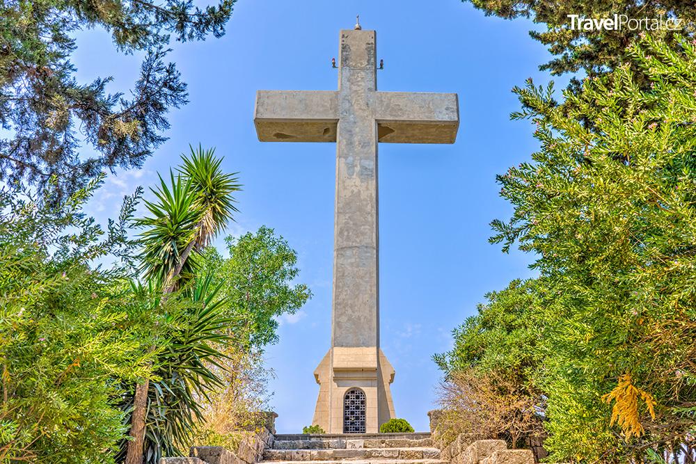 betonový kříž na konci křížové cesty