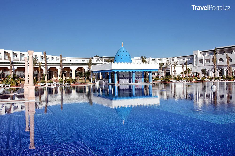 hotelový bazén v letovisku Hammamet