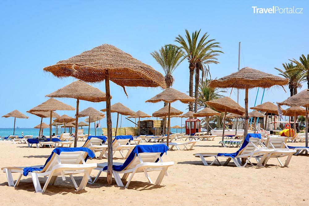 jedna z hotelových pláží
