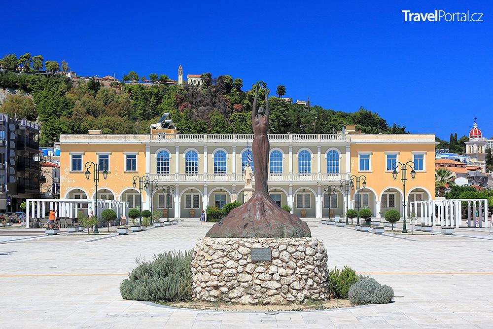město Zakynthos symbolizuje i socha Doxy