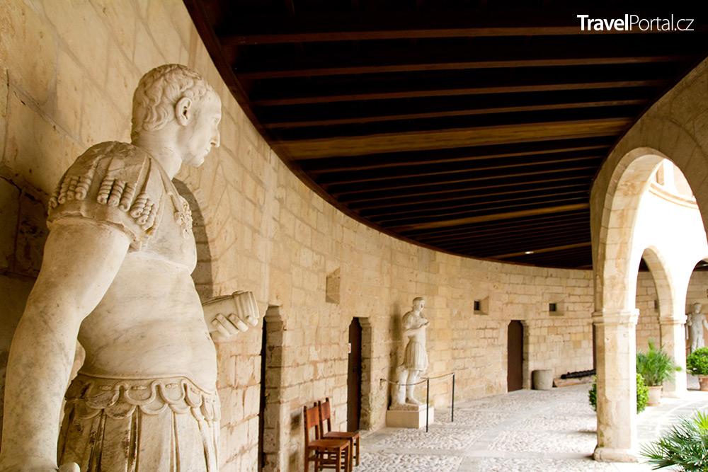 přízemí s antickými sochami