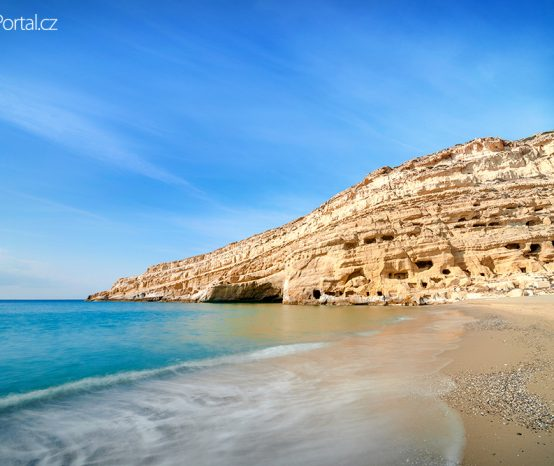 Matala: Proslulá pláž na Krétě nadchla i stoupence hnutí hippies