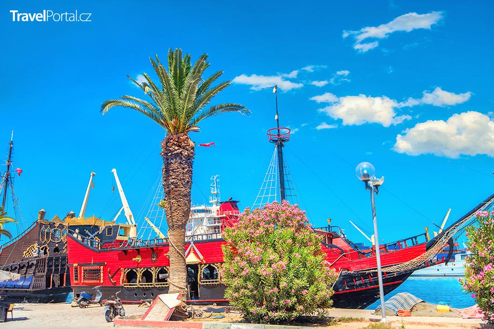 stará loď v letovisku Sousse