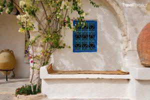 dům a kamenná lavice ve městě Houmt Souk