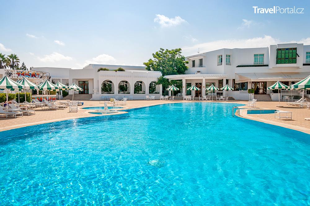 hotelový bazén v letovisku Mahdia