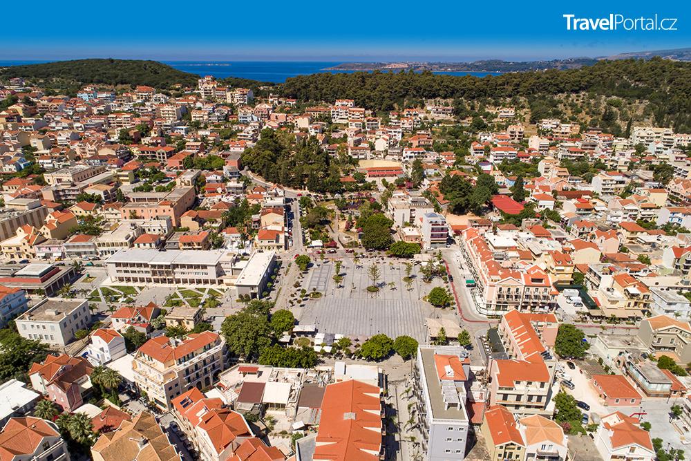 letecký záběr na náměstí Vallianou a jeho okolí