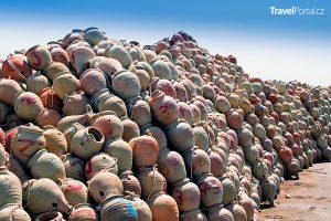 nádoby na lov chobotnic v přístavu města Houmt Souk