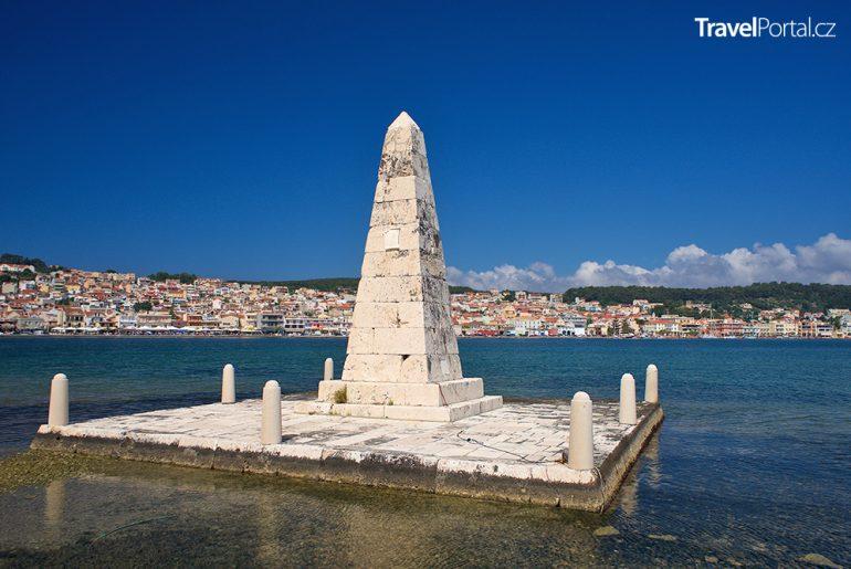 památník Radikalu a město Argostoli