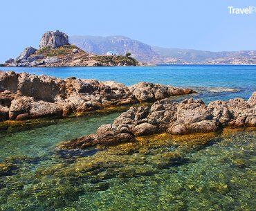 pláž Agios Stefanos a ostrůvek Kastri