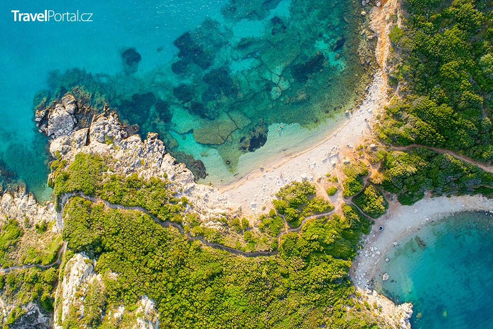 pohled na pláž Porto Timoni z dronu