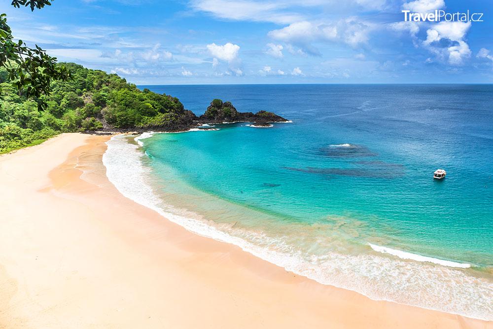 Baia do Sancho na brazilském ostrově Fernando de Noronha