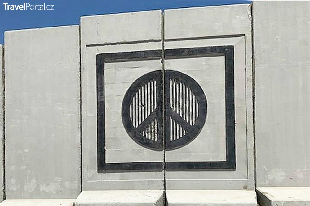 bezpečnostní zeď se znakem míru, který používali hippies