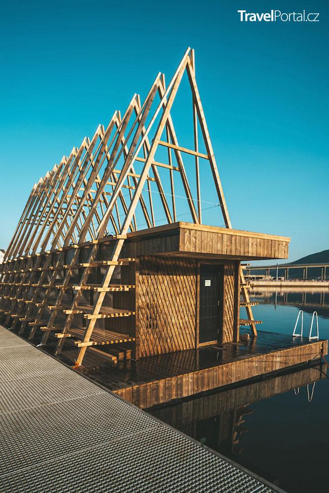 plovoucí sauna připomíná vikinský příbytek