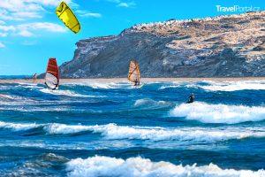 na pláži Prasonisi se provozuje windsurfing a kitesurfing