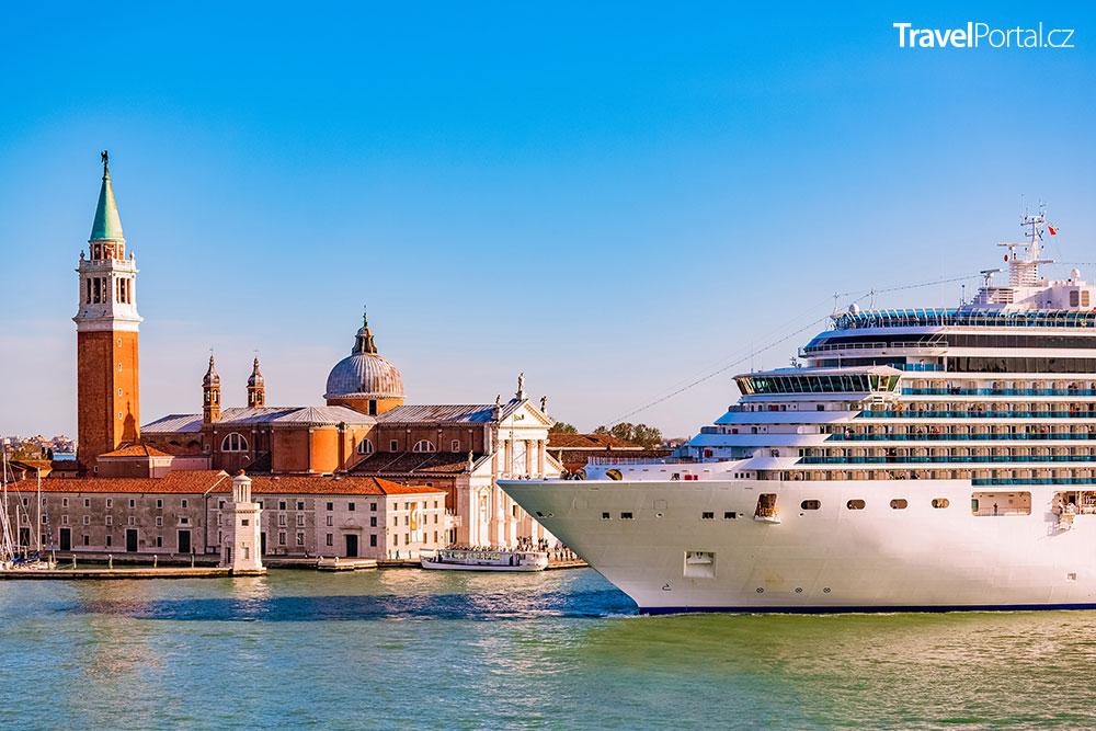 obří výletní loď v Benátkách