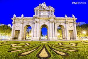 brána Puerta de Alcala ve městě Madrid
