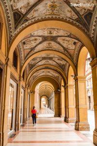 portikusy ve městě Bologna